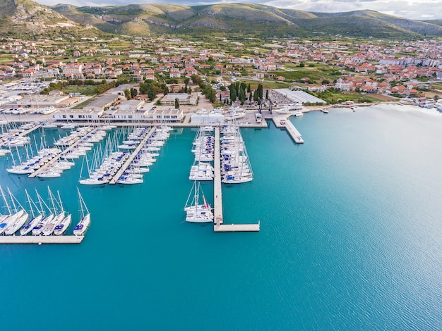 Fotos de iates e do centro histórico de trogir do helicóptero. mar adriático da croácia