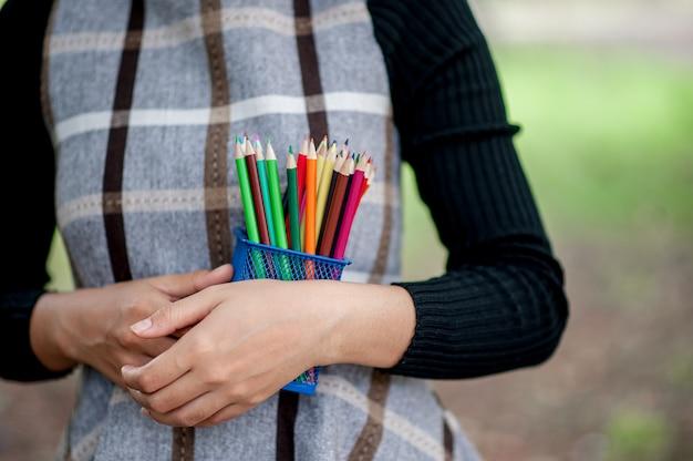 Fotos de mão e lápis, cor de fundo verde conceito de educação com espaço de cópia