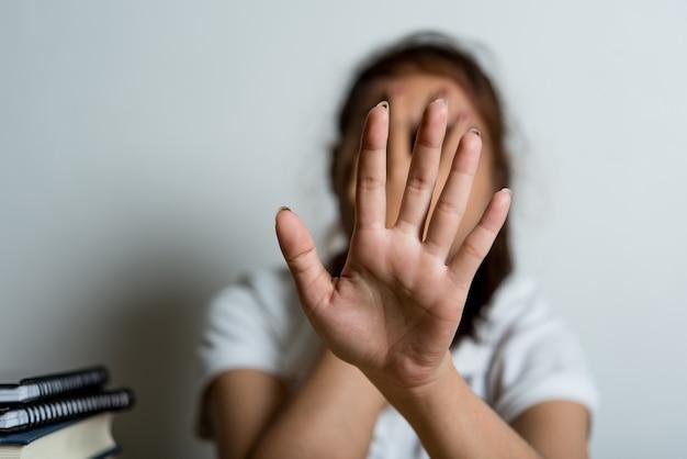 Fotos de mão mostrando violência familiar