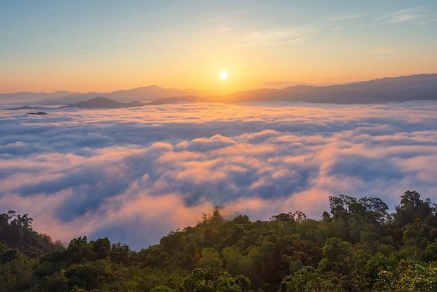 Fotos de paisagens de atrações na província de yala, sul da tailândia toda a via láctea bela névoa matinal, adequada para viajar.