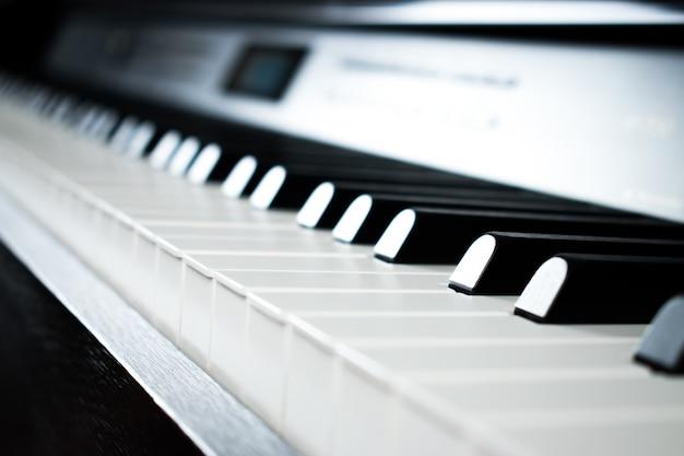 Fotos de piano na sala de prática de música.