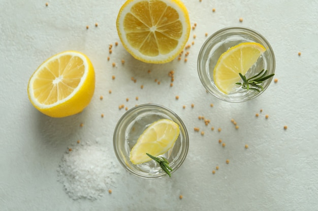Fotos de tequila na mesa branca texturizada