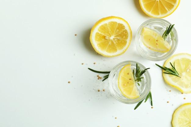 Fotos de tequila na superfície branca, espaço para texto