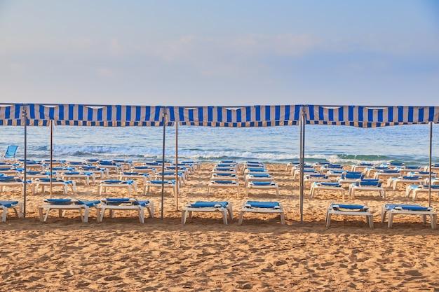 Fotos de um dia ensolarado na praia ao anoitecer com redes