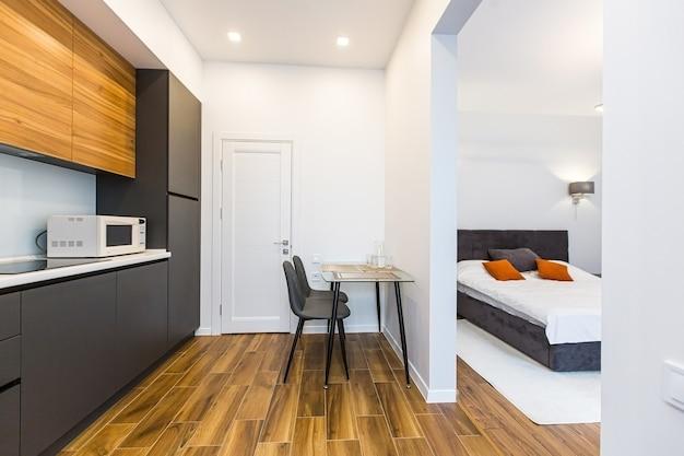 Fotos do interior do quarto, cama grande, em branco