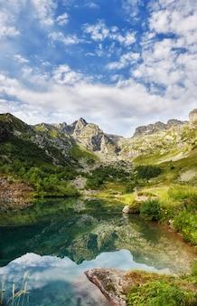 Fotos panorâmicas primavera vale montanhas do cáucaso