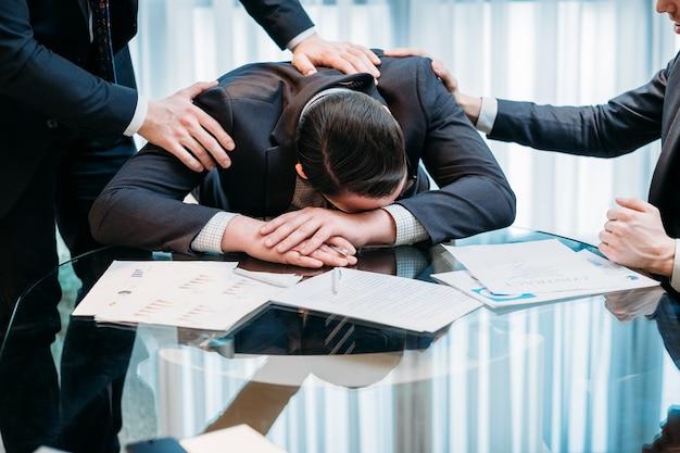 Fracasso empresarial. homens tristes na área de trabalho do escritório