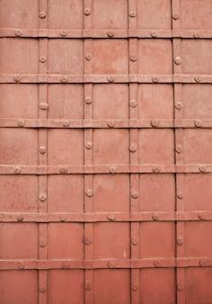 Fragmento da porta de metal forjado com um padrão. foto de close