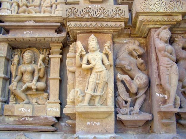 Fragmento de baixo-relevo antigo no famoso templo erótico em khajuraho, na índia