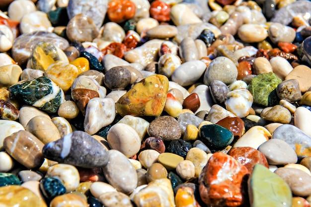 Fragmento de cascalho colorido da praia como pano de fundo