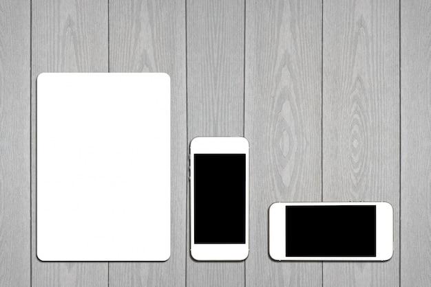 Fragmento de conjunto de papelaria em branco. modelo de identificação em fundo de madeira clara. para apresentações de design e carteiras.