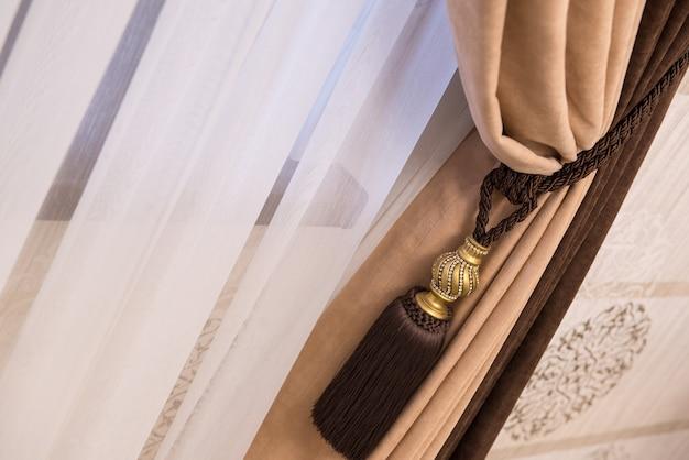 Fragmento de cortinas luxuosas com franja e borla