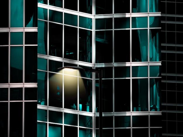 Fragmento de cubo de espelho de um edifício com uma lâmpada.
