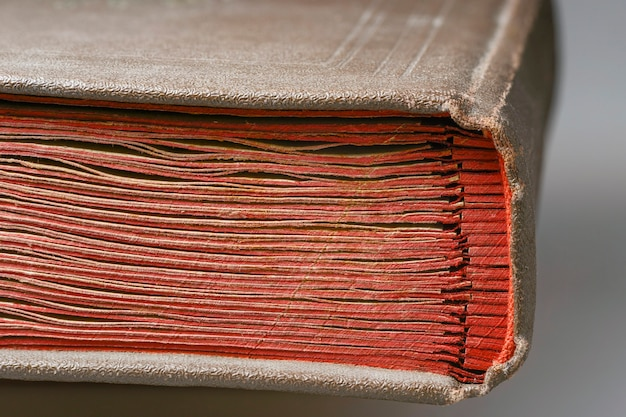 Fragmento de encadernação de álbum vintage com páginas de papelão vermelho Foto Premium