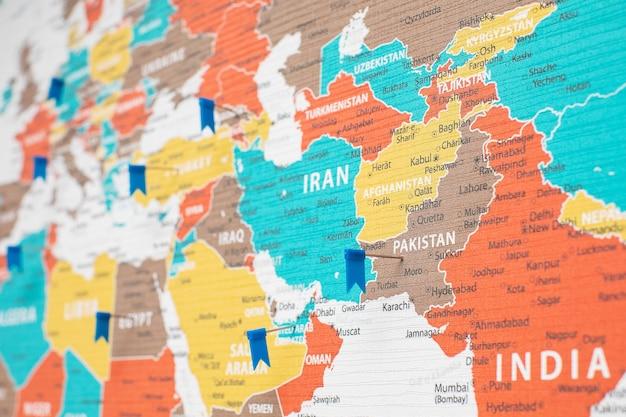 Fragmento de mapa político detalhado da ásia com os alfinetes de bandeira colocados em diferentes países
