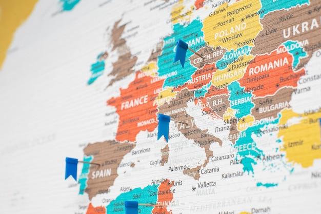 Fragmento de mapa político detalhado da europa com os alfinetes colocados em diferentes países