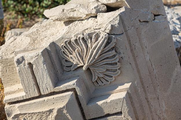 Fragmento de moldagem de estuque nas ruínas da acrópole de amathus