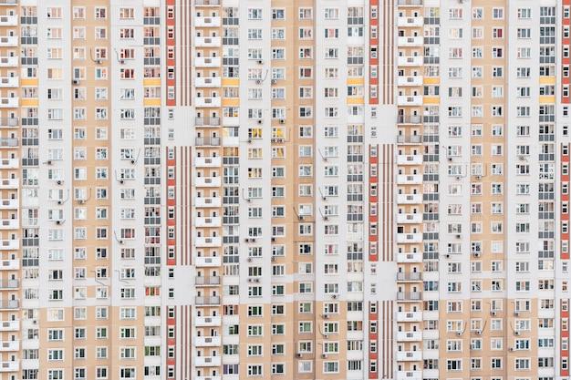 Fragmento de parede com janelas de um prédio de apartamentos de vários andares