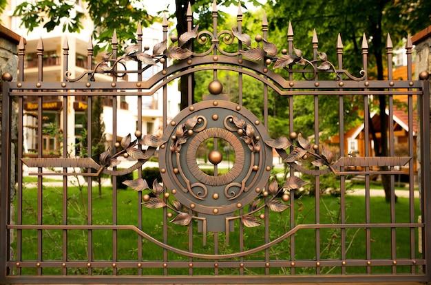 Fragmento de portão de bronze de ferro forjado