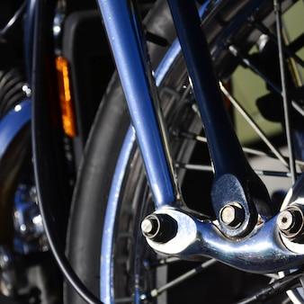 Fragmento de roda brilhante cromada de moto velha clássica