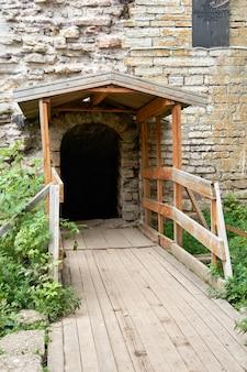 Fragmento de um antigo castelo de pedra ou fortaleza. porta em uma antiga parede de pedra