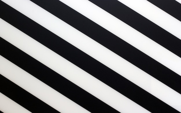 Fragmento de um pedaço preto e branco listrado de um plástico como uma textura de fundo