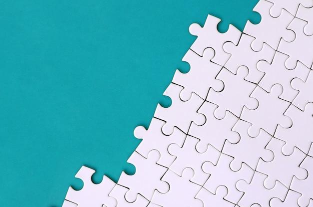 Fragmento de um quebra-cabeça branco dobrado