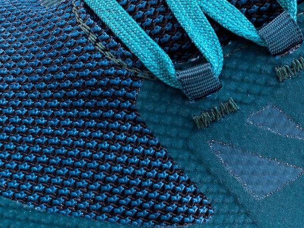 Fragmento de um tênis azul com macro de cordão. textura do tênis