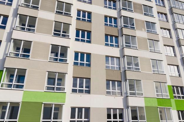 Fragmento de uma fachada cinza moderna com janelas