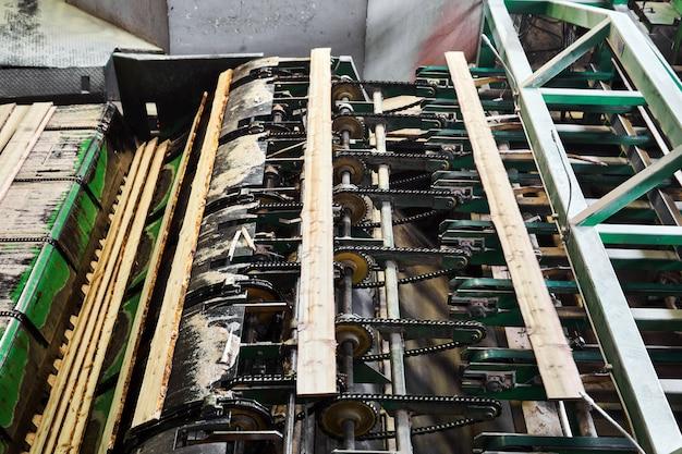 Fragmento de uma linha de transporte para a produção de placas em uma serraria moderna