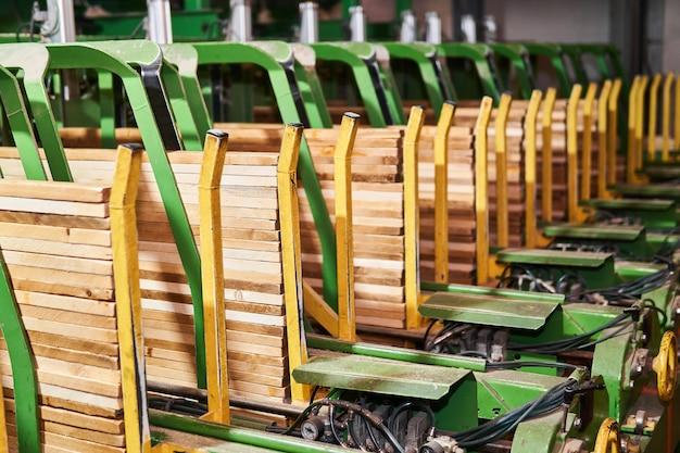 Fragmento de uma linha de transporte para a produção de pranchas em uma planta de madeira