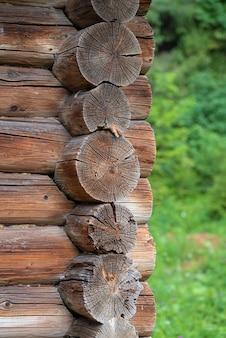 Fragmento de uma parede feita de toras parede de uma tradicional casa de madeira ecológica