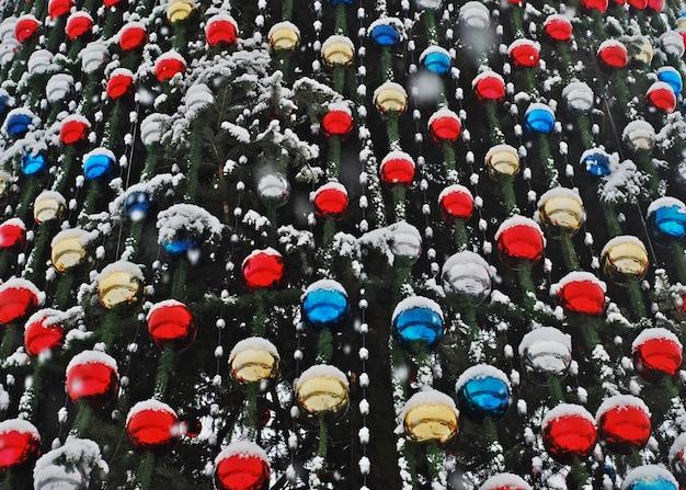 Fragmento decorado a árvore de natal, brinquedos bonitos, redondos, bolas coloridas.