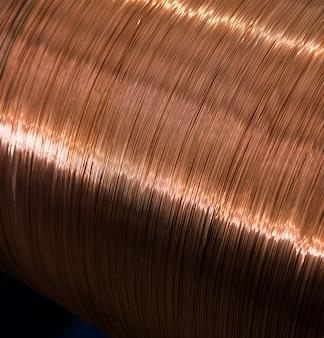 Fragmento dentro de uma planta moderna produzindo o cabo elétrico do poder e a fibra óptica.