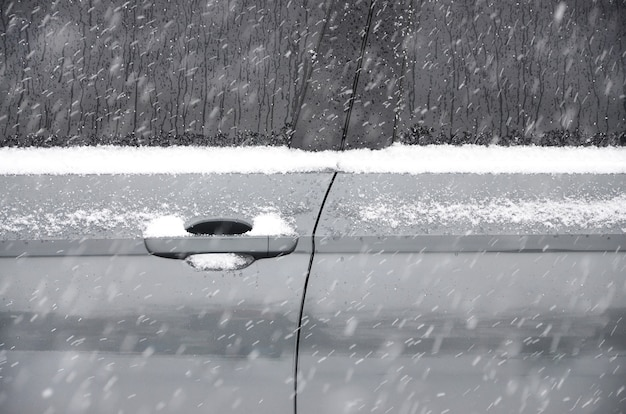 Fragmento do carro sob uma camada de neve após uma forte nevasca.
