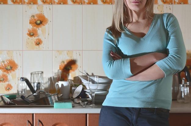 Fragmento do corpo feminino no balcão da cozinha
