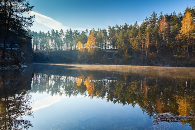 Fragmento do lago na floresta de outono no início da manhã