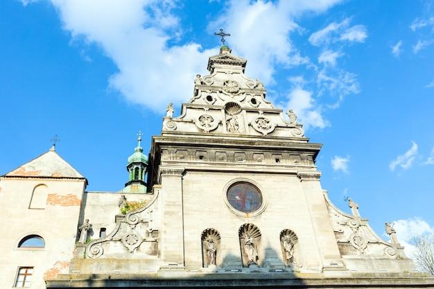 Fragmento do topo da igreja da abadia de bernardines (cidade de lviv, ucrânia em 10 de maio de 2012 em lviv, ucrânia