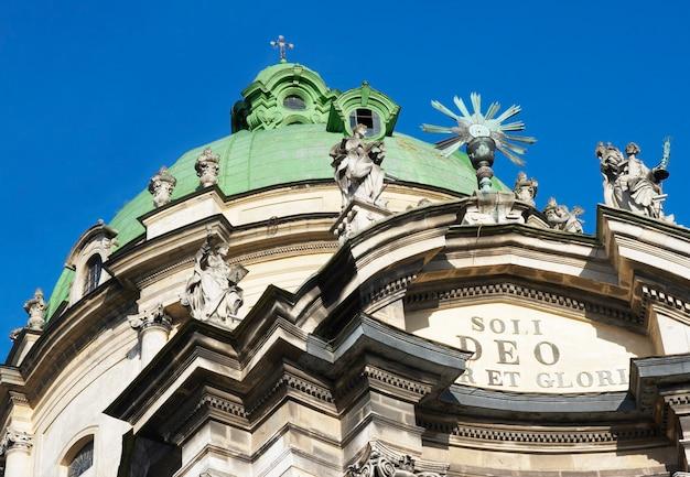Fragmento do topo da igreja da catedral dominicana (cidade de lvov, ucrânia)