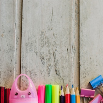 Fragmentos de canetas e lápis