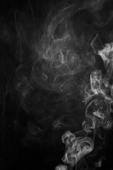 Fragmentos de fumaça clara sobre um fundo preto