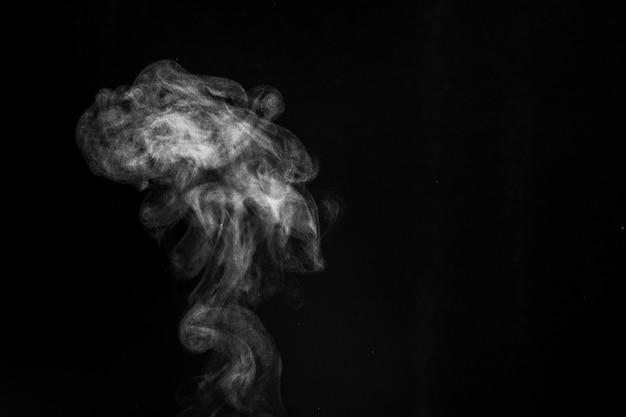 Fragmentos de fumaça em um fundo preto. fundo abstrato, elemento de design, para sobreposição em fotos.