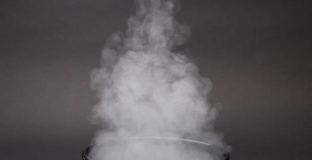 Fragmentos de fumaça em um preto
