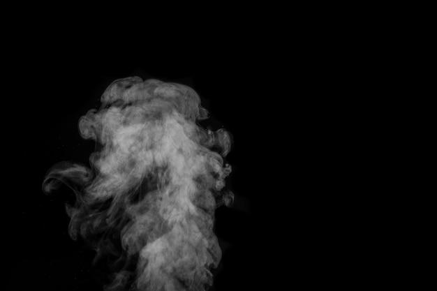 Fragmentos de fumaça em uma superfície preta.