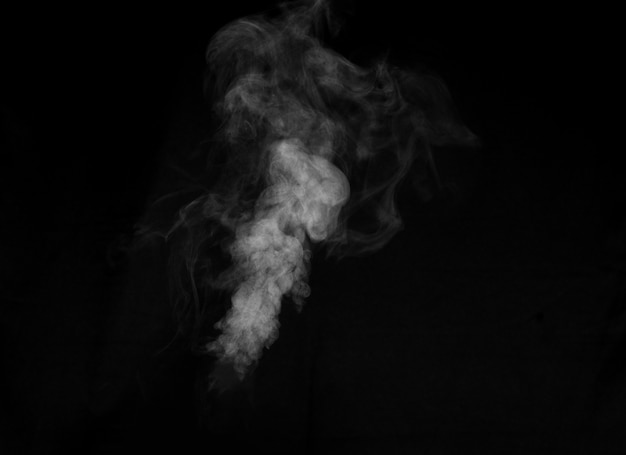 Fragmentos de fumaça sobre um fundo preto.