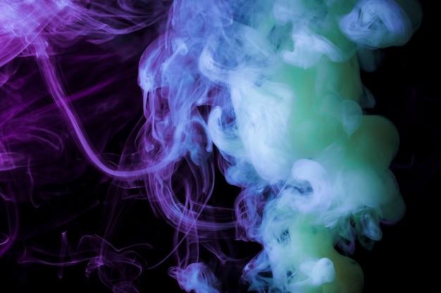 Fragmentos de fumo denso em um fundo preto