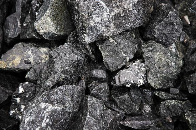 Fragmentos de pedras negras naturais molhadas com mármores intercalados, vista de cima