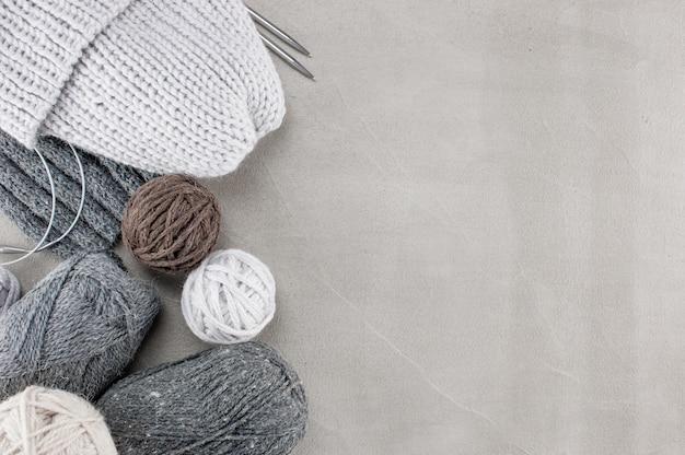 Fragmentos de roupas de malha no plano de fundo texturizado de concreto