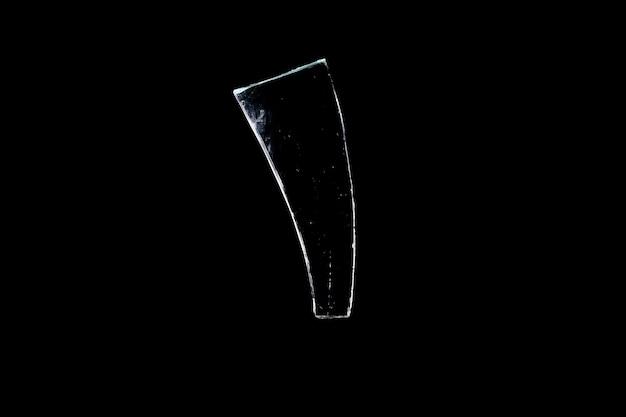 Fragmentos de vidro isolados em um fundo preto. janela danificada. objeto danificado. foto de alta qualidade