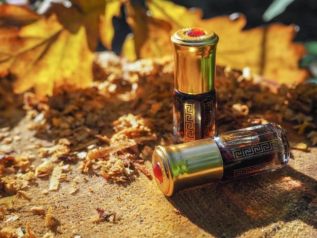Fragrâncias árabes oud attar ou óleo de agarwood em frasco de cristal.